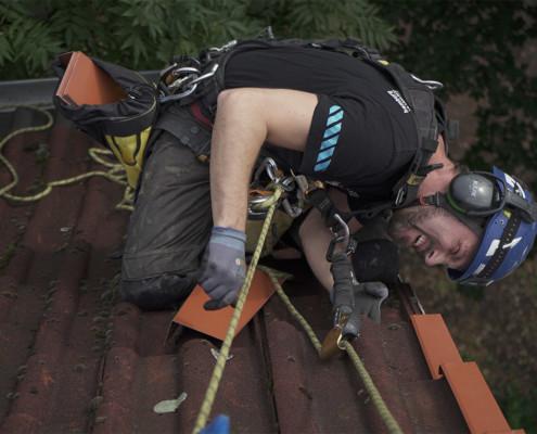 Reparatur der Ortgangbleche am Dach