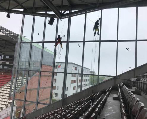 Reinigung der Glasfassade des St. Pauli Stadions
