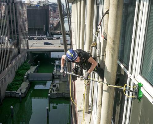 Fassadenreinigung über Wasser mithilfe von Klettertechnik