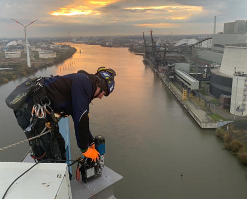 Prüfung und Montage an einem Bauwerk über Wasser