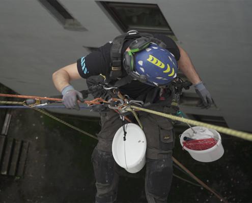 vorbereitende Malerarbeiten durch einen Kletterer